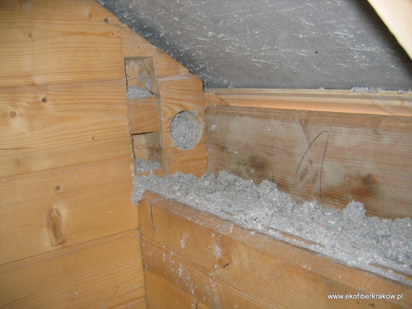 Zaizolowana ściana domu drewnianego granulatem celulozowym