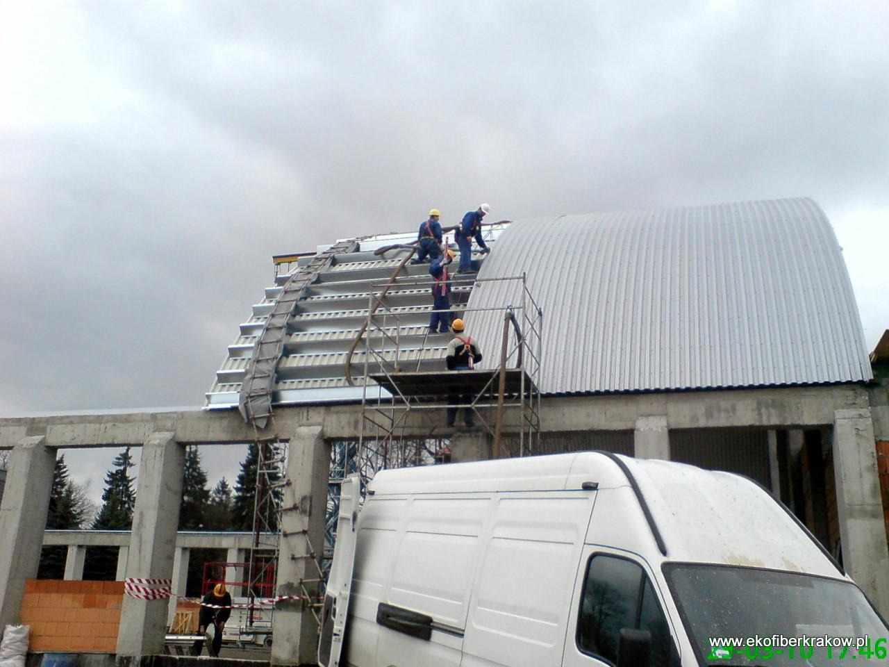 Prace przy konstrukcji i ocieplaniu hali granulatem Ekofiber