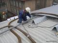 Wdmuchiwaniu granulatu Ekofiber pomiędzy blachy dachu hali
