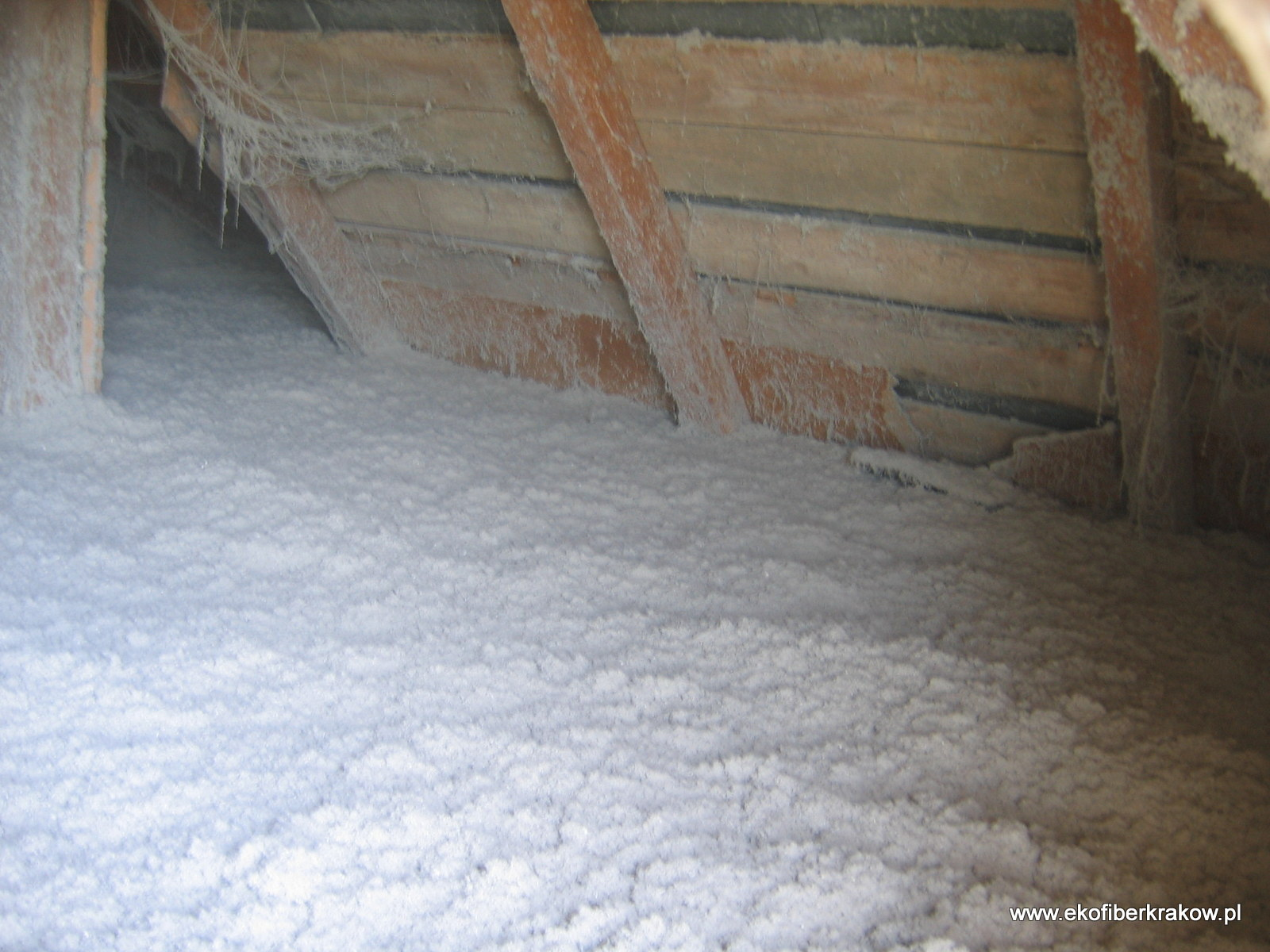 Gotowa izolacja podłogi poddasza nieużytkowego wykonana granulatem Ekofiber