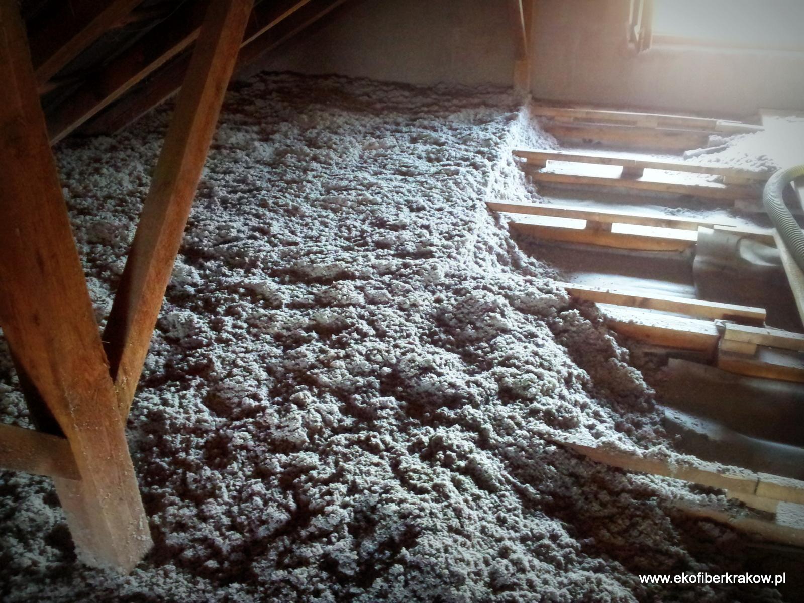 Podłoga poddasza w trakcie wykonywanie izolacji granulatem Ekofiber