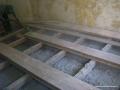 Drewniana podłoga w trakcie wykonywania nadmuchu granulatem Ekofiber