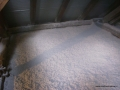 Równomiernie ułożona warstwa izolacyjna  podłogi poddasza