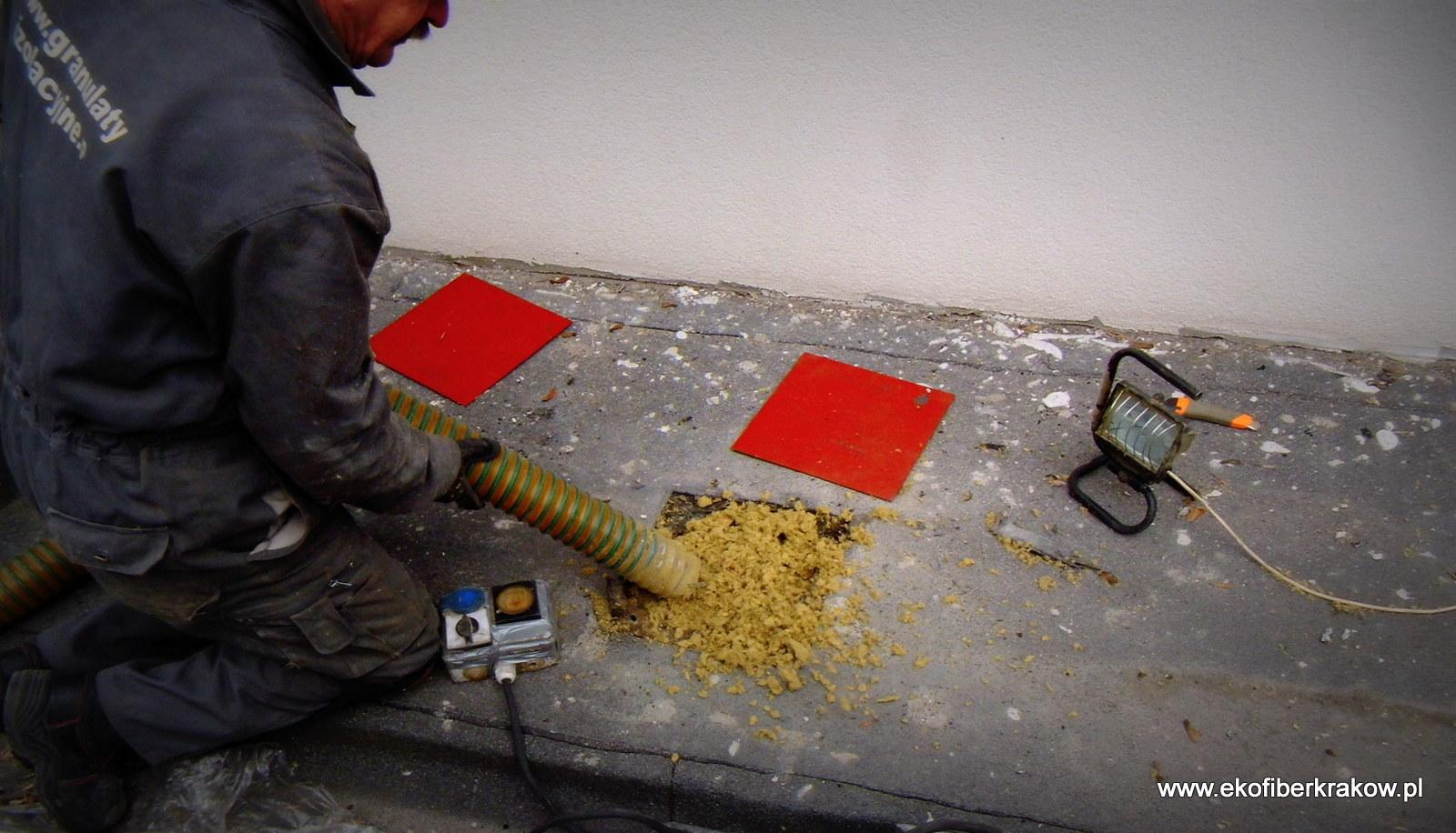 Otwór technologiczny do przestrzenie stropodachowej z widoczną izolacją granulatu wełny mineralnej