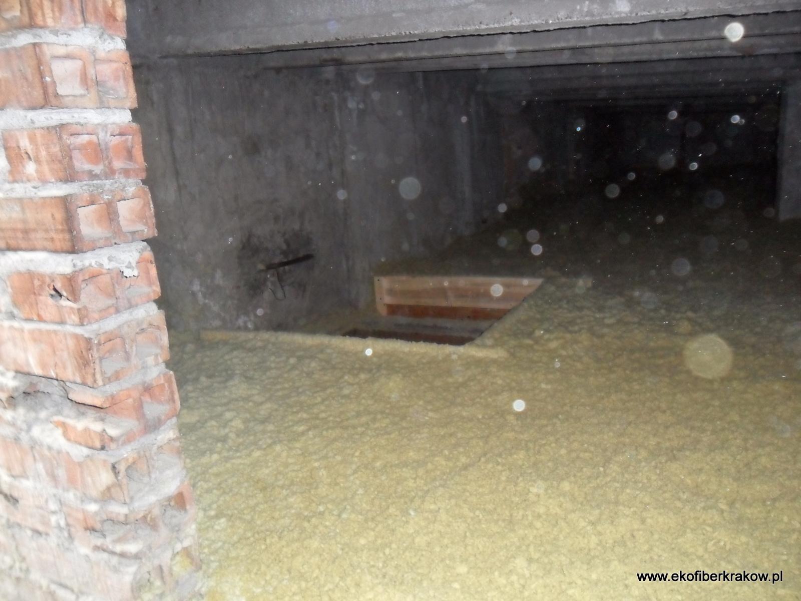 Ocieplenie stropodachu granulatem z wełny mineralnej z widoczną obstawką włazu
