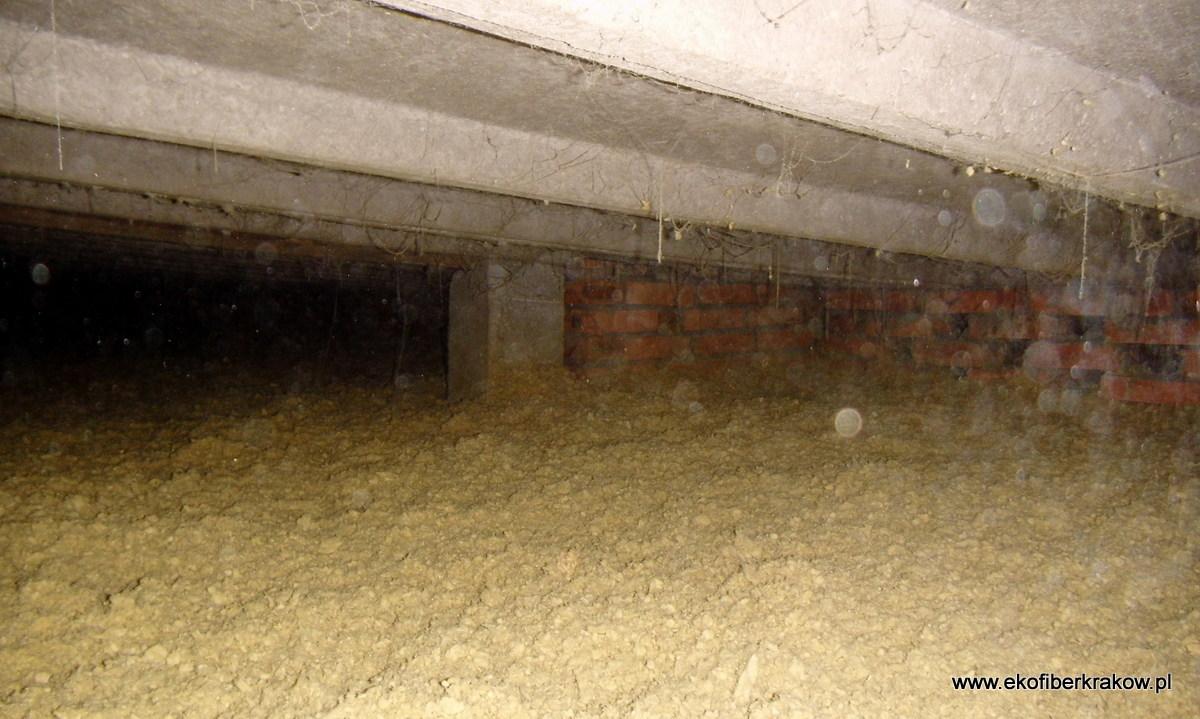 Ocieplenie stropodachu wchodzonego granulatem z wełny mineralnej