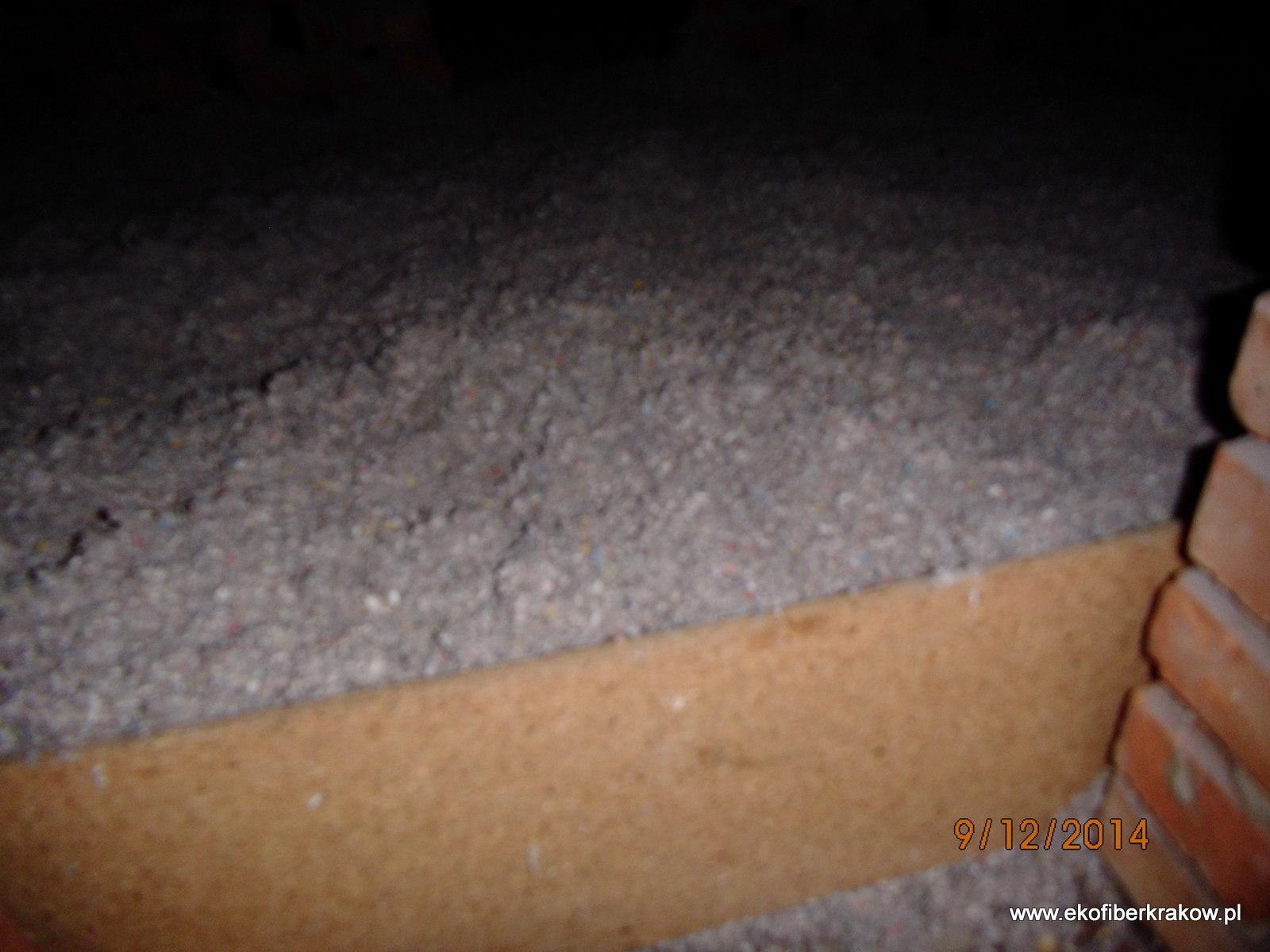 Ocieplenie stropodachu granulatem celulozowym Ekofiber z widoczną obstawka włazu