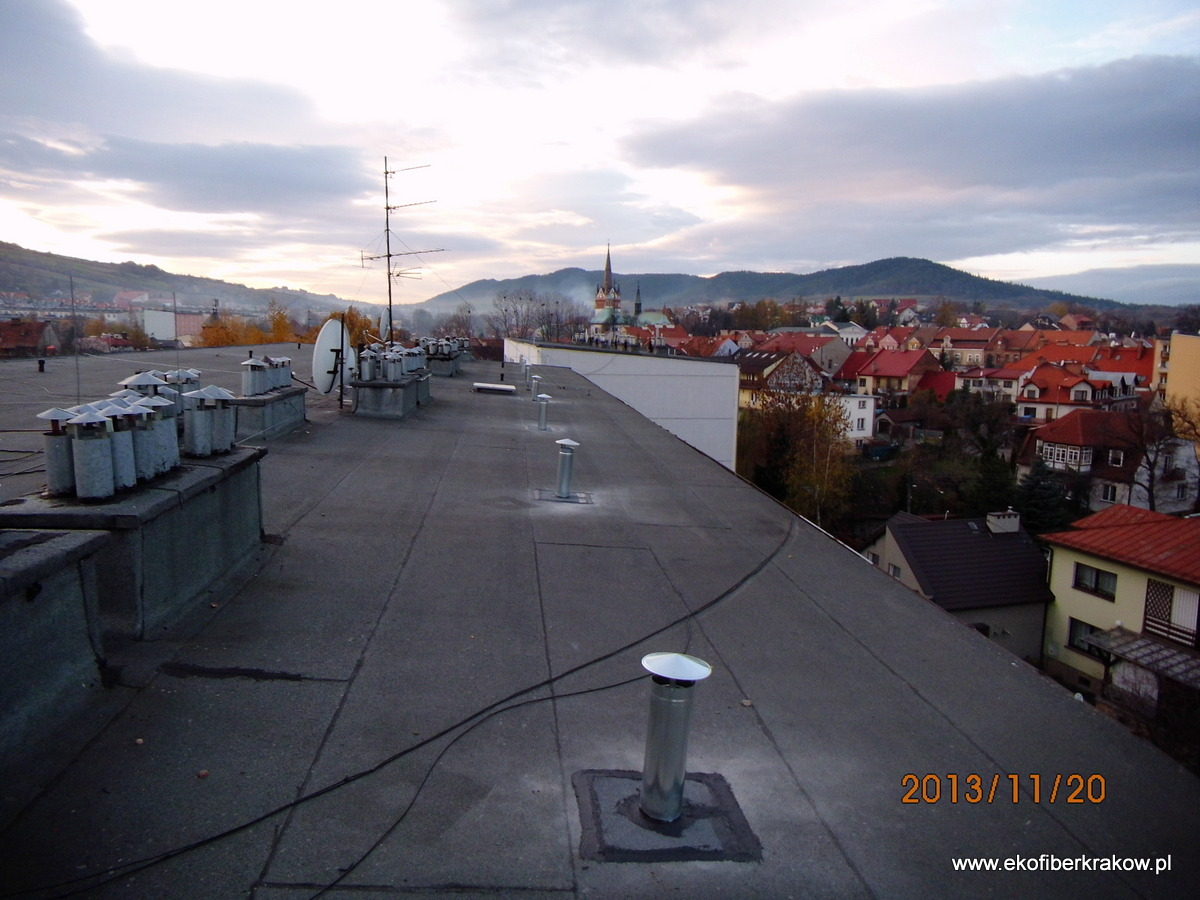 Widok na kominki wentylacyjne zamontowane w połaci dachu
