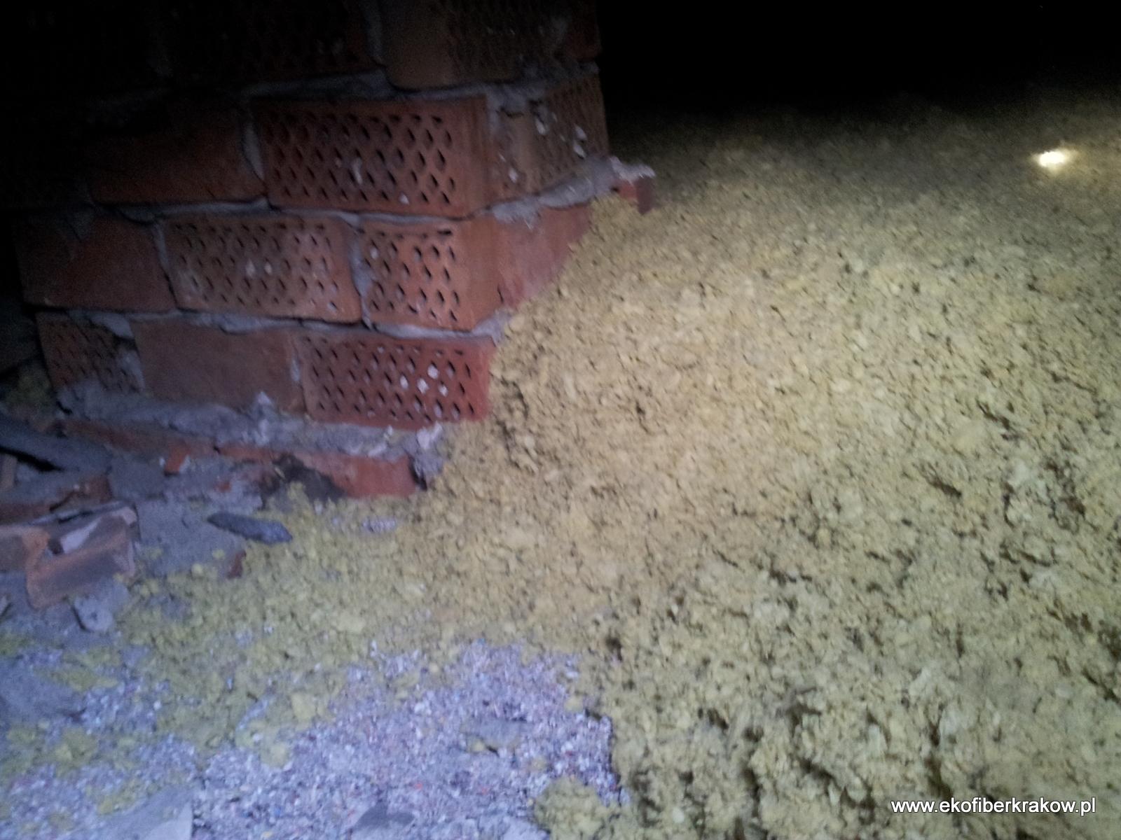 Widok na ocieplenie stropodachu granulatem z wełny mineralnej oraz miejsce jeszcze nie zaizolowane