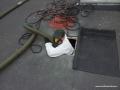 Otwór technologiczny przez który pracownik wchodzi do przestrzenie stropodachowej