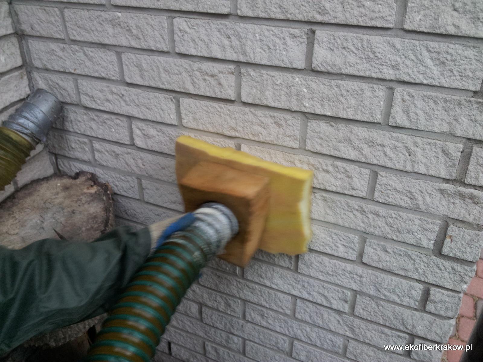 Wykonywanie uzupełnienia izolacji ściany warstwowej granulatem Ekofiber