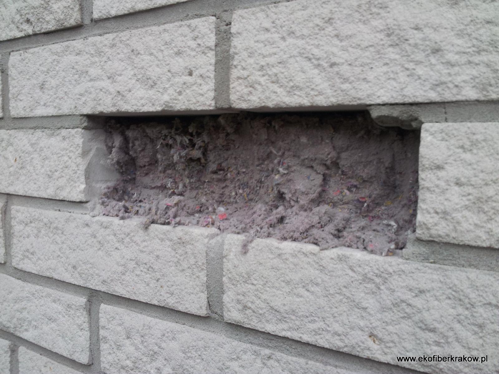 Otwór technologiczny w ścianie warstwowej z widocznym granulatem Ekofiber